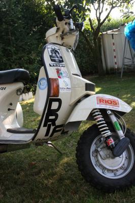 Las motos ya casi están listas para la gran aventura y la marca de nuestro patrocinador de mini cámaras, ya ocupa su lugar en la parte delantera de la moto
